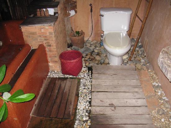 Baan Sing Kham Resort: Outdoor bathroom