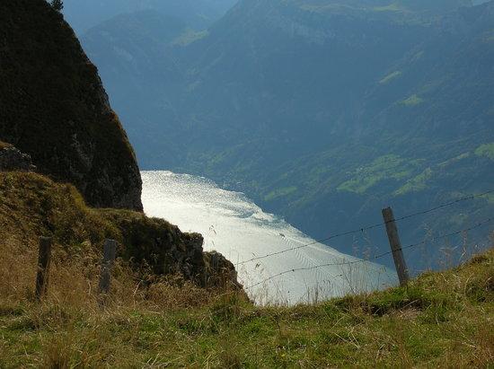 Lucerna, Suiza: steiler Abgang zum See