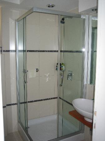 Zephyrus Boutique Accommodation: Large shower in room 2 - no bath