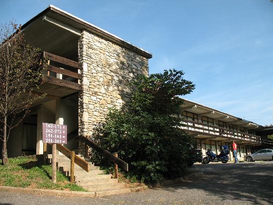 The Mountaineer Inn: 1974 annex in back