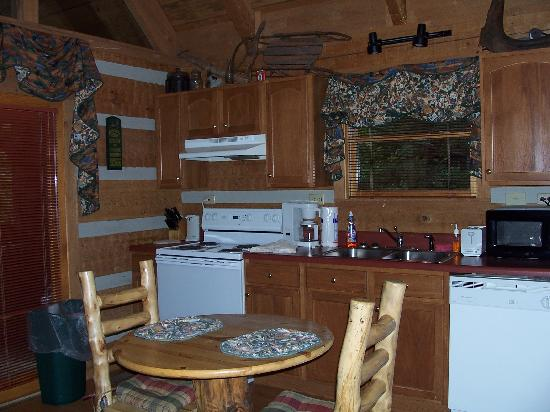 Timberwinds Log Cabins: Kitchen/Dining Area