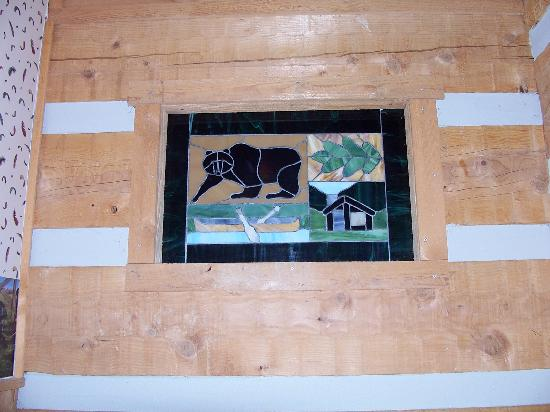 Timberwinds Log Cabins: jacuzzi window