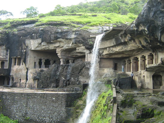 Aurangabad, Indien: Caves 1 to 5 with a waterfall in the midst