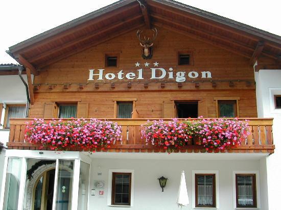 Hotel Digon: Davanti all'albergo