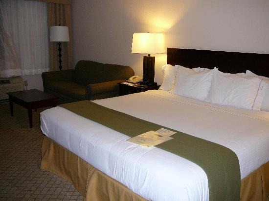 Holiday Inn Express Abingdon: King Room with separate sitting area/couch