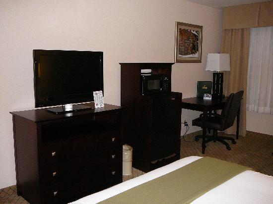 Holiday Inn Express Abingdon: Large Tv,fridge/microwave, desk in KING room