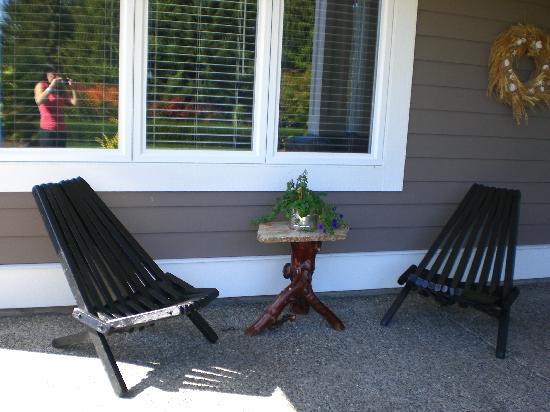 Our Place Bed and Breakfast : Die gemütlicher Sitzecke vor dem Eingang