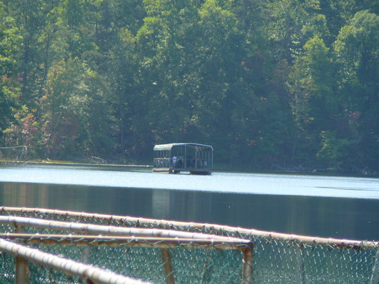 Kingsport, Теннесси: Barge on the lake at Bays Mountain