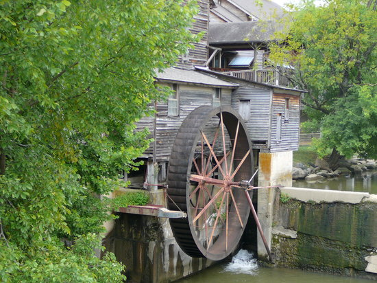 Pigeon Forge, TN: Outside view of Old Mill & wheel