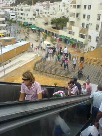 Stella Maris Hotel Apartments: Escalators going down to the beach in Albufeira old town