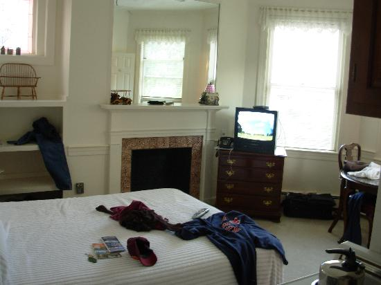 Copley Inn : Queen bed room, with kitchenette & bath