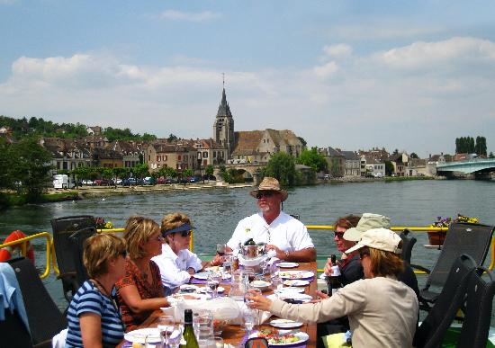 Burgundy, Frankrike: dining on deck while cruising