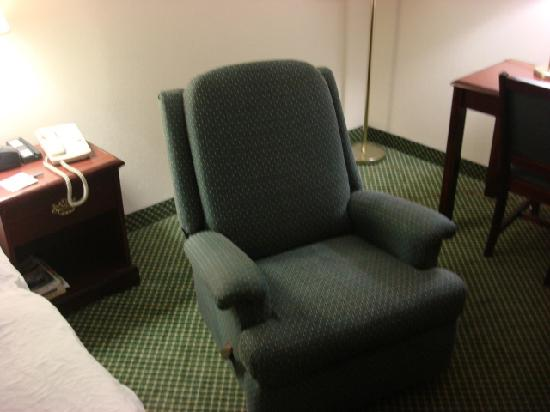 Hampton Inn Kent/Akron Area: Recliner, old but a nice touch