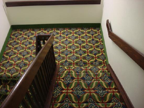 Hampton Inn Kent/Akron Area: Las Vegas style carpeting
