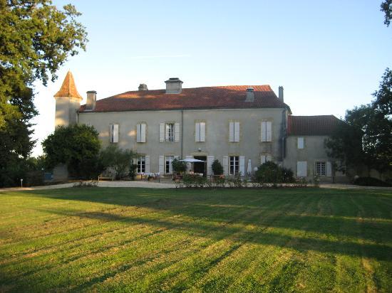 Le Chateau de Projan : La pelouse derrière le château