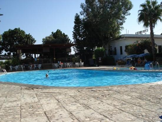 Lysithea Beach Hotel Apartments: Poolside at Lysithea Apartments