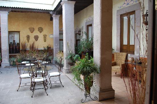 Casa de Los Dulces Suenos: Front courtyard