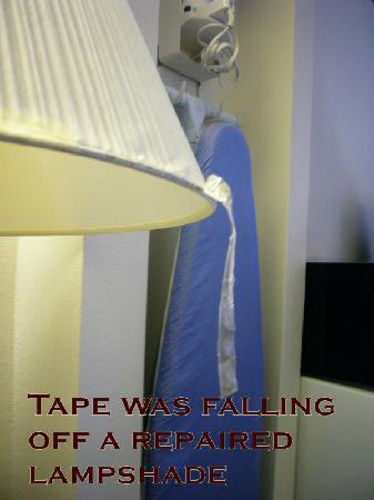 كومفرت إن آند سويتس كاهوكيا: check out the dried out tape falling off the lamp shade.