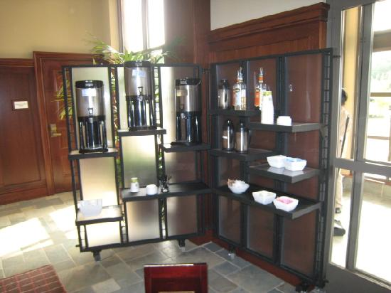 Sheraton Tarrytown Hotel: Lobby & Starbucks - Mmmmmmm