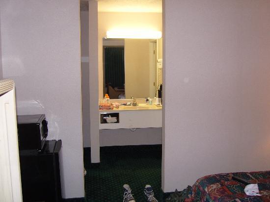 رمادا ليمتد سانتا كروز ووتر ستريت: sink are next to shower and toilet