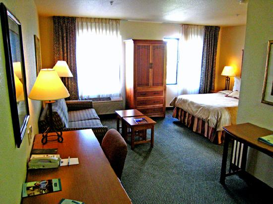 Staybridge Suites Vancouver - Portland Area: Living room and bedroom areas