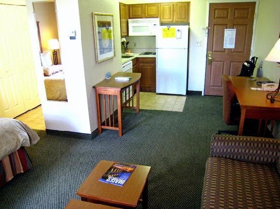 Staybridge Suites Vancouver - Portland Area : Looking toward kitchen area and entry door