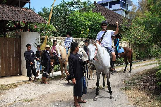 Tirtarum Villas, Canggu Bali: Ride horse back to villa