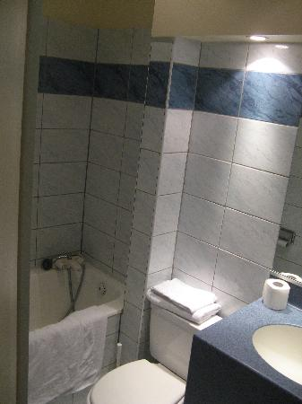 Hotel des Falaises : La salle de bains