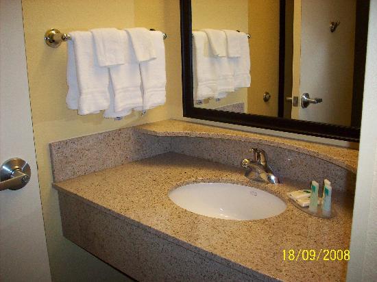 SpringHill Suites Modesto: vanity area