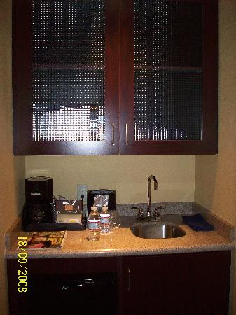 SpringHill Suites Modesto: Wet bar area