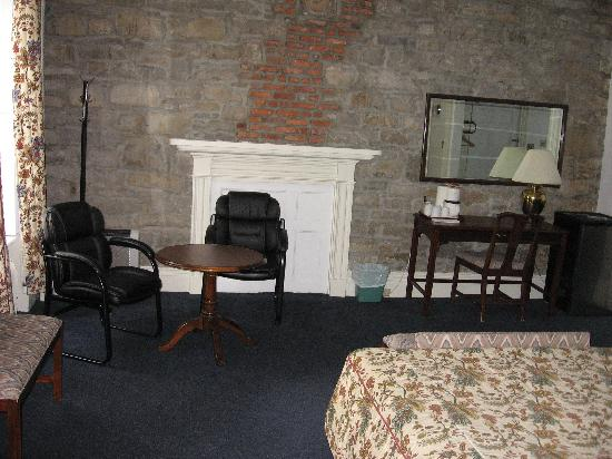 Hotel Le Cavalier du Moulin: Back of room- sitting area and fireplace