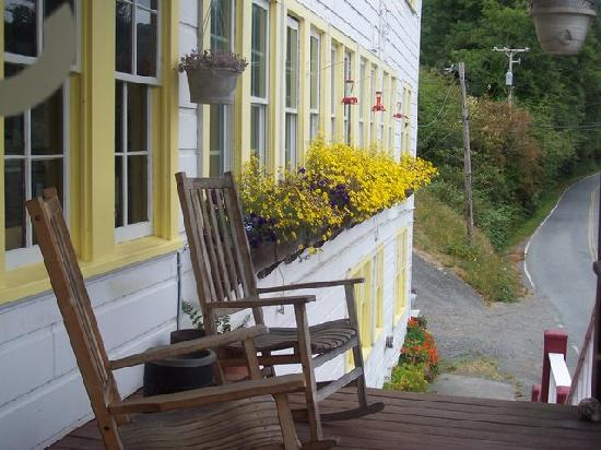 Historic Requa Inn: The front porch, overlooking the Klamath River