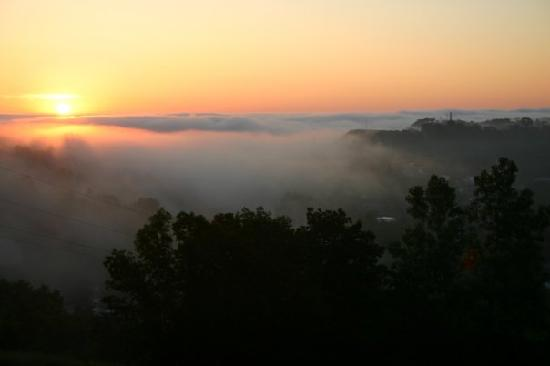 Hermann Hill Vineyard Inn & Spa and River Bluff Cottages: The sunrise, with some fog. View from the Vignoles room.