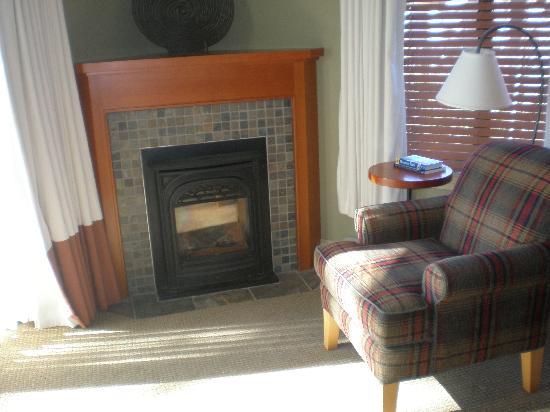 Long Beach Lodge Resort : fireplace