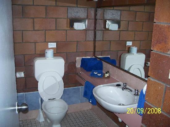 Malanda Lodge Motel: bath