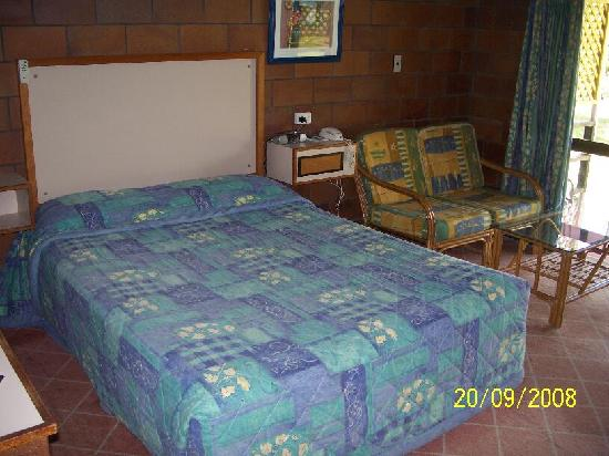 Malanda Lodge Motel: bed and lounge