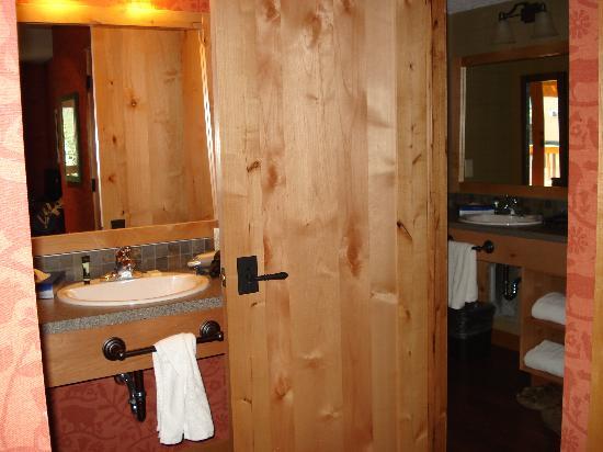 Fox Hotel & Suites: Suite bathrooms