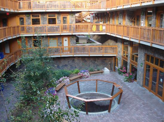 Fox Hotel & Suites: Courtyard