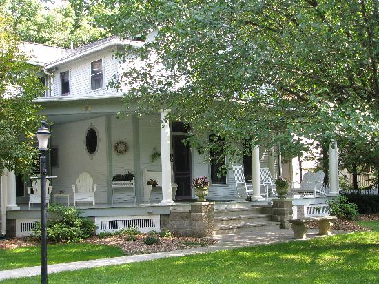 Beechwood Manor Inn & Cottage: Front View of Beechwood Manor