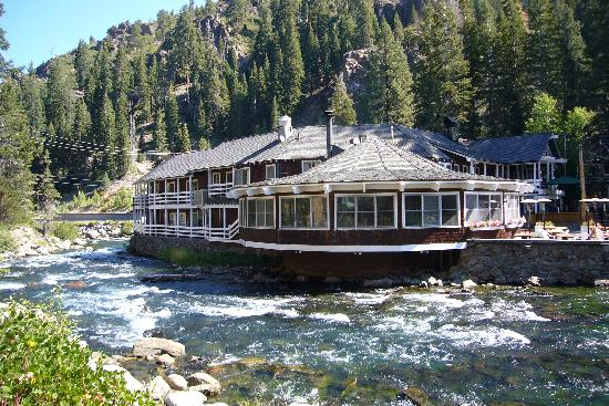 River Ranch Lodge & Restaurant: View of the lodge from across the Truckee
