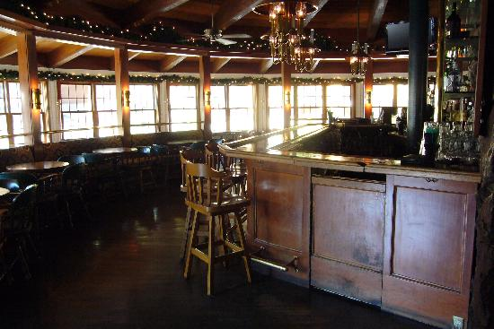 River Ranch Lodge & Restaurant: The dining room and bar area