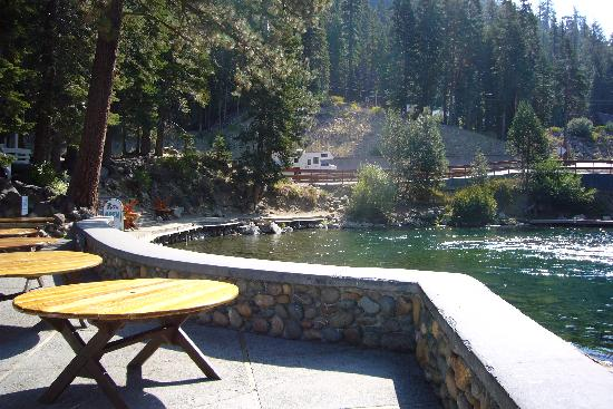 River Ranch Lodge & Restaurant: View of the Truckee from the outdoor terrace