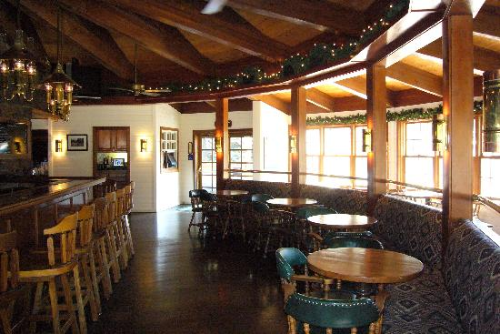 River Ranch Lodge & Restaurant : The dining room and bar area