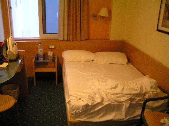 King Jason Hotel: Habitacion doble, cama de 1.20cm, yo mido 1.70 y mi marido 1.88.