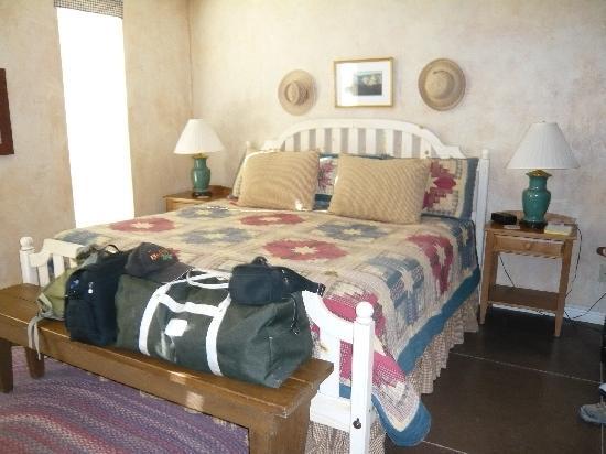 SkyRidge Inn Bed & Breakfast : Tumbleweed Room kingsize bed