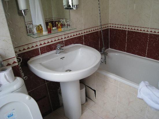 โรงแรมนิวแคนดิเด: Full size bath tub in bathroom