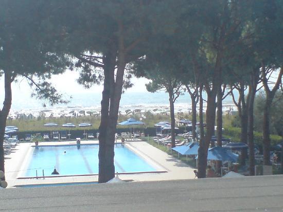 Hotel King : Blick vom Balkon auf Pool und Strand