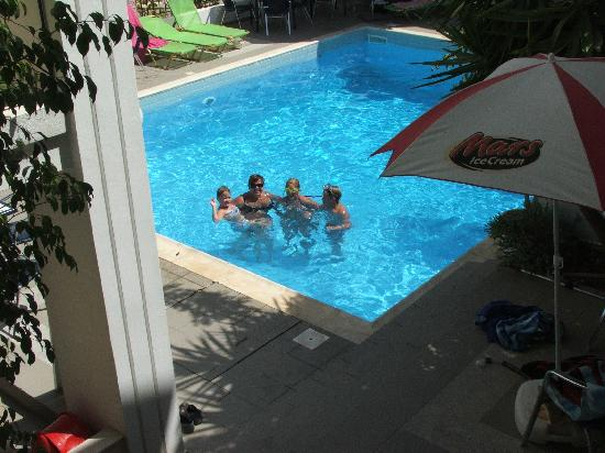 Renia Hotel Apartments: Happy people in the pool at Renia Apartments