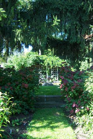 The Pennsbury Inn: more garden