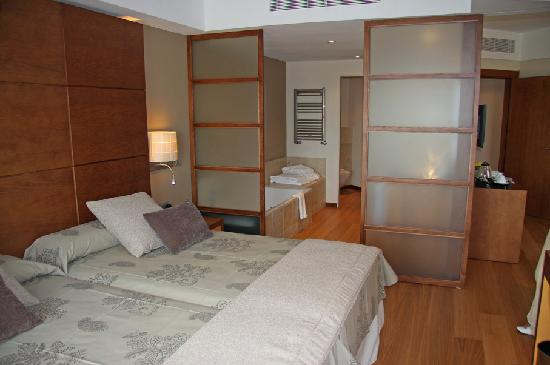 Protur Biomar Gran Hotel & Spa: Junior suite - bedroom into bathroom